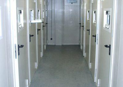à l'intérieur des prisons préfabriquées